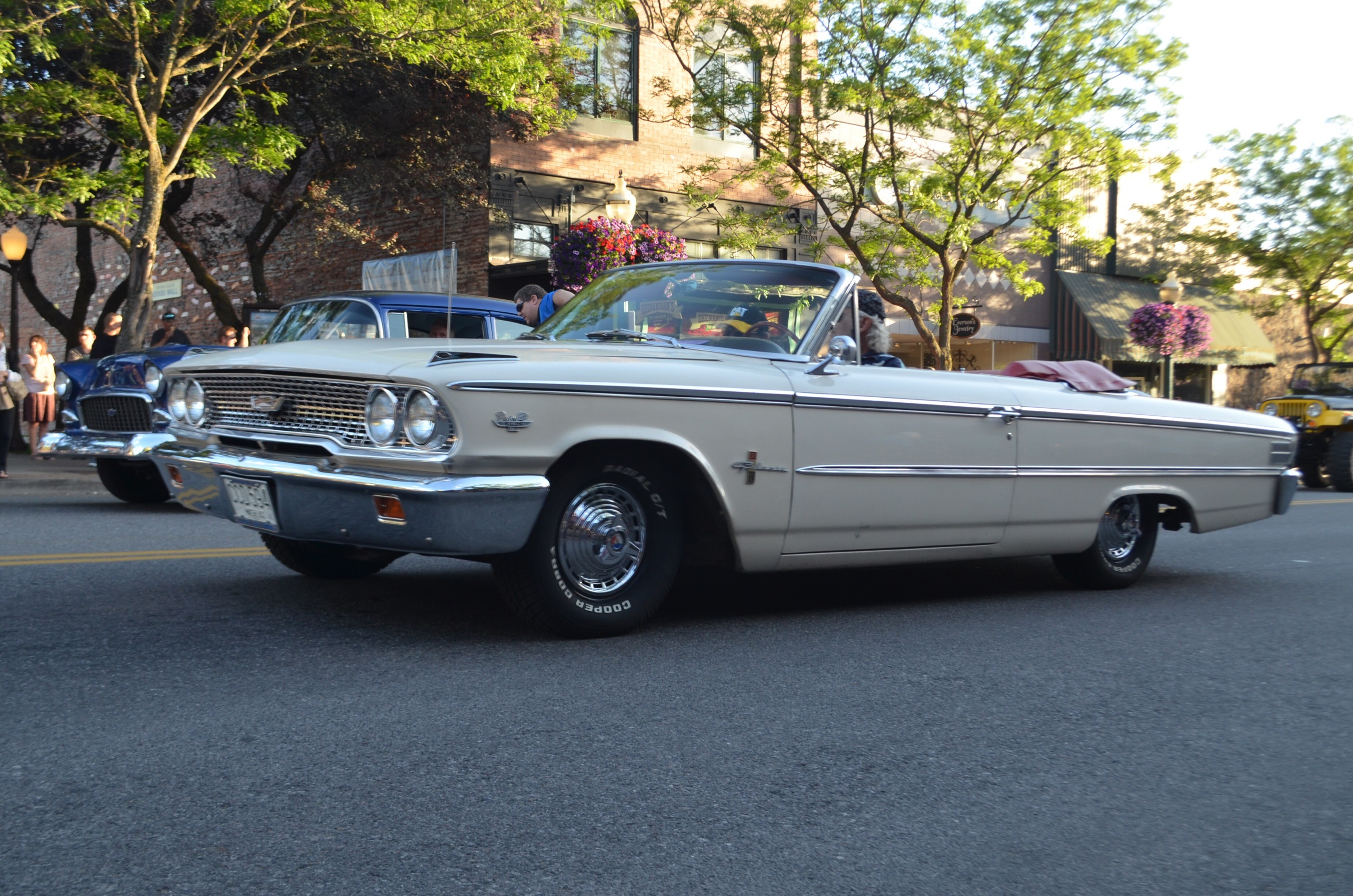 Perfect setup on this '63 Ford Galaxie convertible
